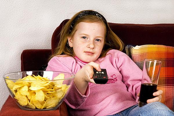 Девочка с чипсами и колой