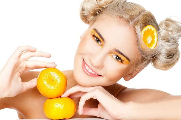 Девушка с мандаринами