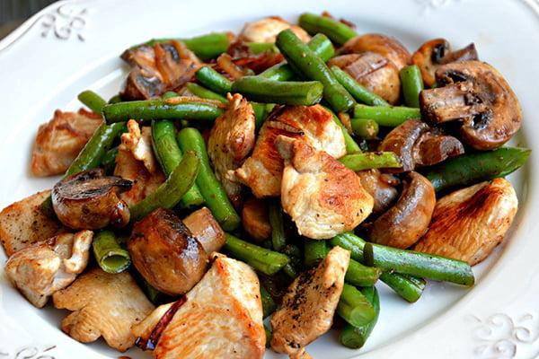 Запеченные в духовке кусочки курицы с овощами