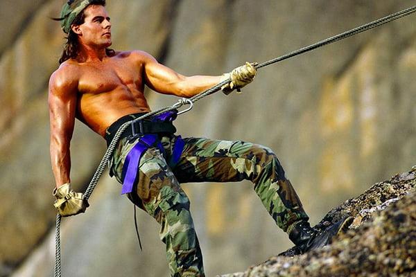 Мужчина с альпинистским снаряжением