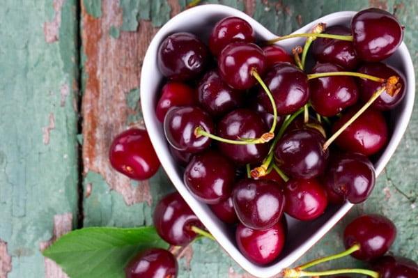 Черешня в блюде в виде сердца