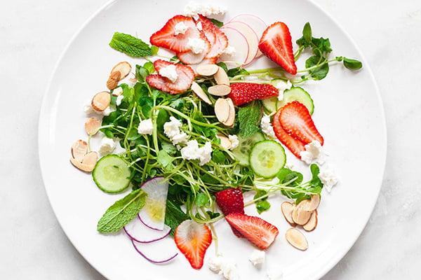 Витаминный микс с кресс-салатом и клубникой