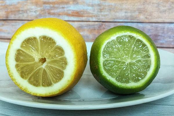 Лимон и лайм на тарелке