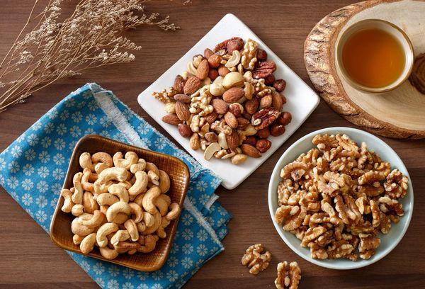Тарелки с орехами