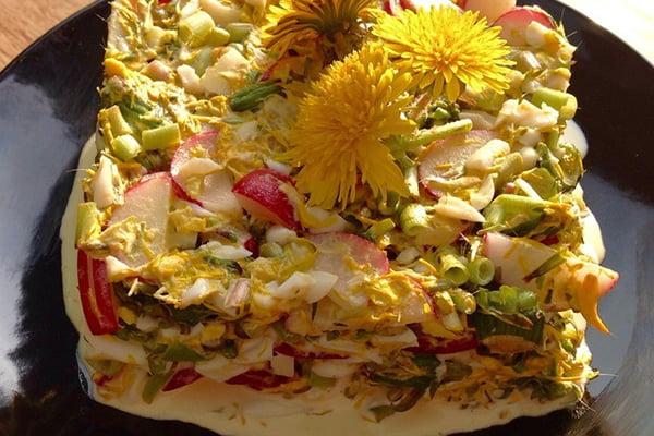 Салат «Писанли» с редиской и одуванчиками