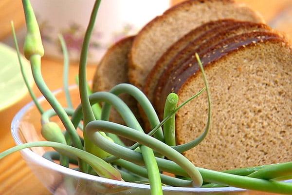 Чесночные стрелки с хлебом