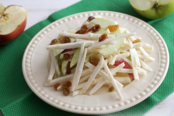 Сладкий салат из яблок и брюквы с изюмом