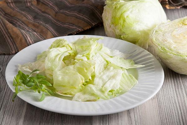 Тарелка с салатом айсберг