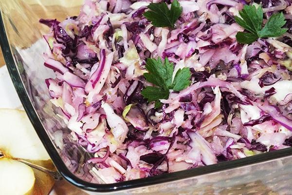 Салат из двух видов капусты - краснокочанной и белокочанной