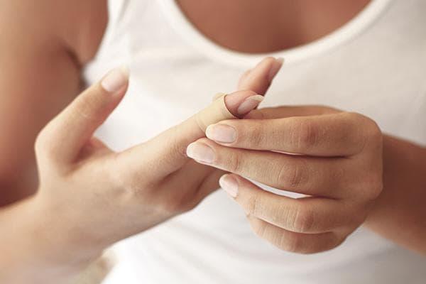 Пластырь на пальце у женщины