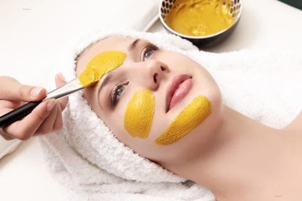 Нанесение маски из куркумы на лицо
