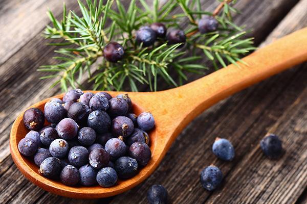 Деревяннная ложка с ягодами можжевельника